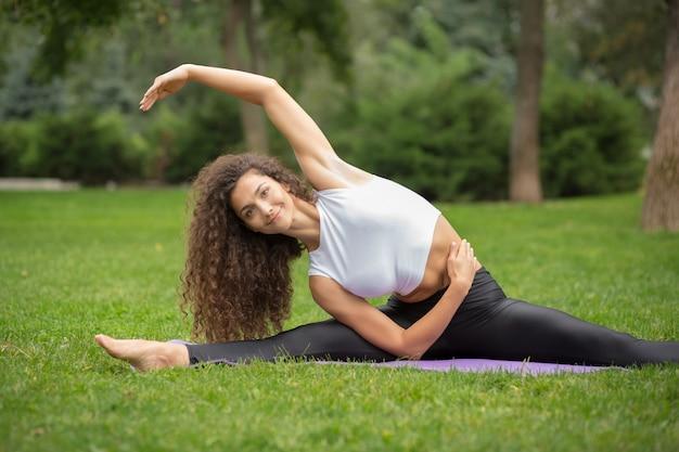 Jolie femme faisant des exercices de yoga