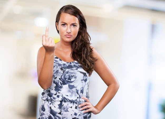 Jolie femme faisant un geste d'insulte