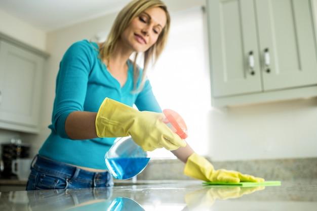 Jolie femme faisant ses tâches ménagères
