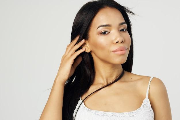 Jolie femme fashion coiffure cosmétiques visage agrandi