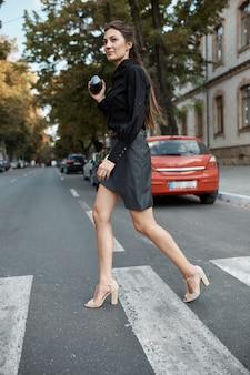 Jolie femme fashion marchant dans les rues de la vieille ville