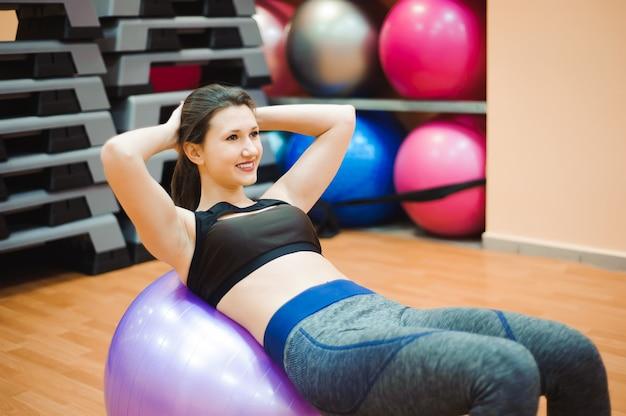Jolie femme de fitness droite sexuelle avec corps musculat