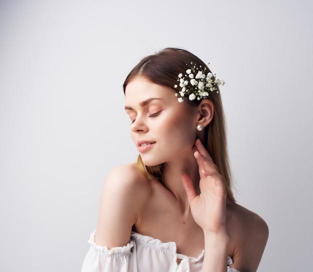 Jolie femme fleurs cheveux décoration look attrayant