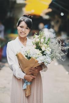 Jolie femme avec des fleurs