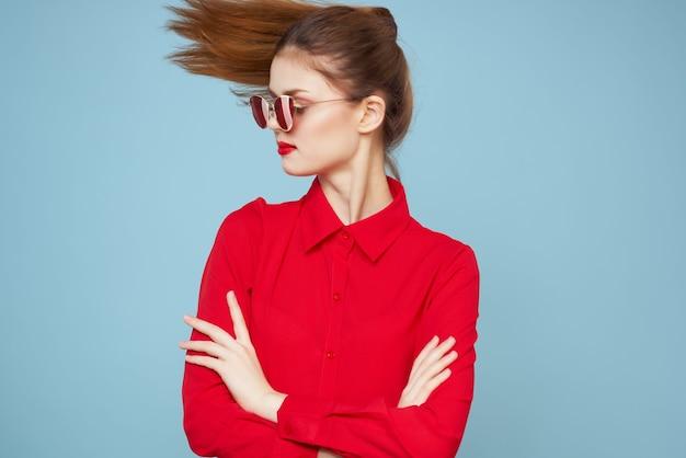 Jolie femme avec fond clair de maillot de bain rouge feuille de palmier