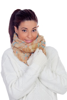 Jolie femme avec des gants et une écharpe