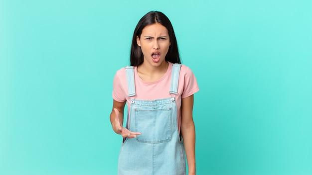 Jolie femme hispanique à la colère, agacée et frustrée