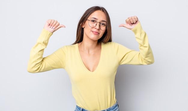 Jolie femme hispanique se sentant fière, arrogante et confiante, ayant l'air satisfaite et réussie, se montrant elle-même
