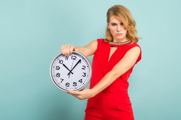 Jolie femme avec des horloges