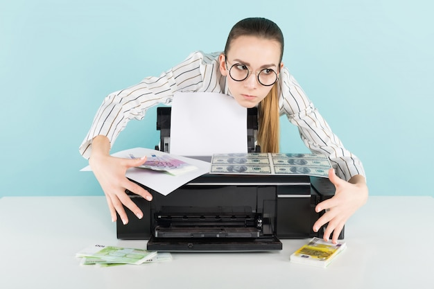 Jolie femme imprimant de l'argent