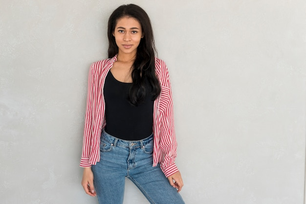 Jolie femme en jean et chemise