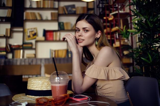 Jolie femme lisant un livre dans une communication de café