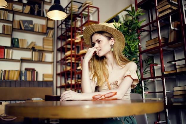Jolie femme lisant un livre dans un style de vie de café