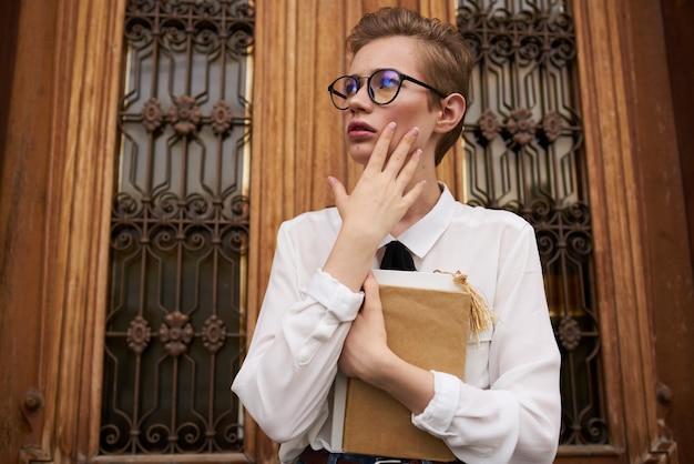 Jolie femme avec un livre dans ses mains à l'extérieur de la communication de lecture. photo de haute qualité