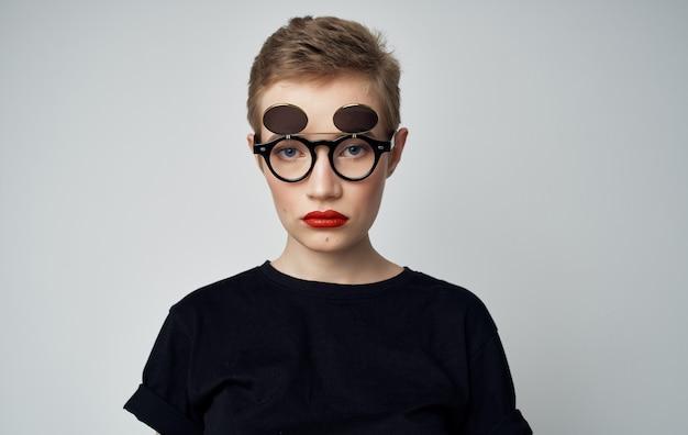 Jolie femme look attrayant lèvres rouges lunettes studio de mode. photo de haute qualité