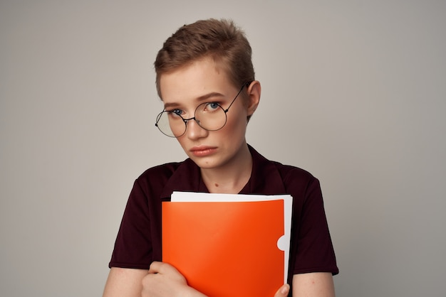Jolie femme avec des lunettes fashion fond isolé