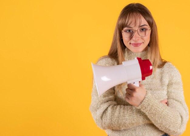 Jolie femme à lunettes utilise un mégaphone