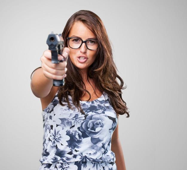 Jolie femme de la mafia tenant un fusil