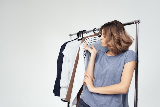 Jolie femme magasin de vêtements acheteur vente fond clair. photo de haute qualité