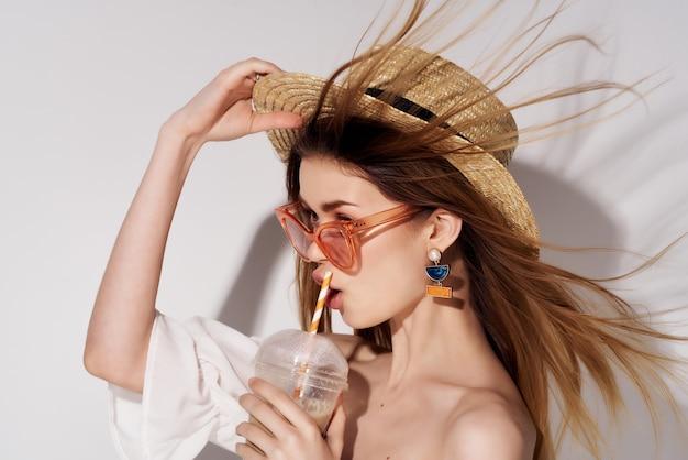 Jolie femme maquillage lumineux robe blanche fond clair