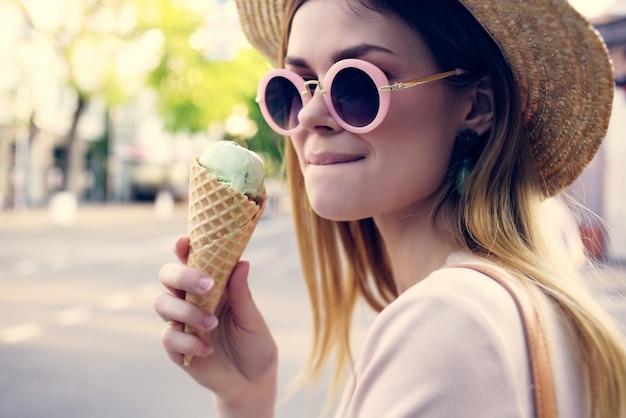 Jolie femme marchant dans l'amusement d'été de mode de rue