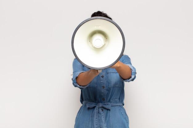 Jolie femme avec un mégaphone