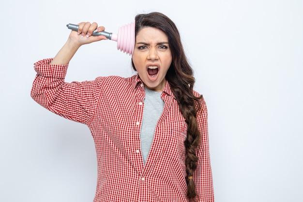 Jolie femme de ménage caucasienne agacée mettant le piston en caoutchouc sur sa tête