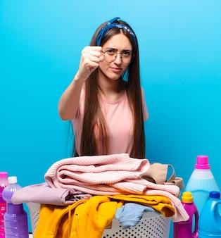 Jolie femme de ménage lavant les vêtements