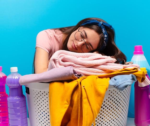 Jolie femme de ménage laver les vêtements