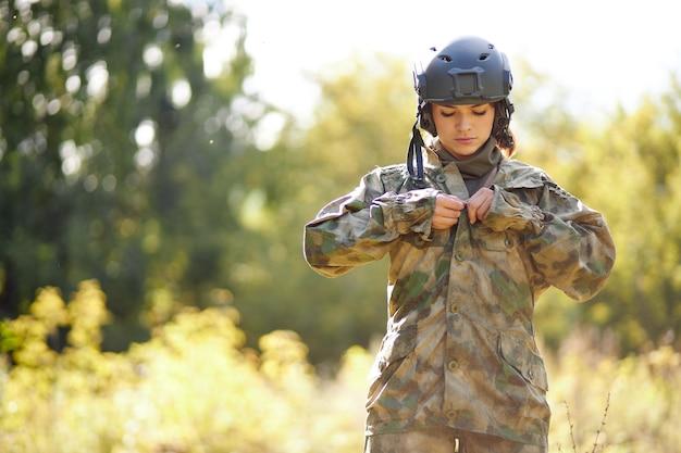 Jolie femme militaire porte une tenue de soldat