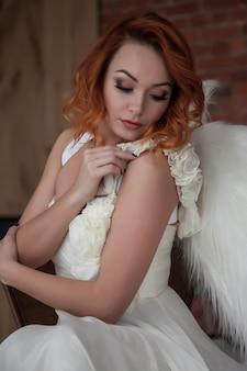 Jolie femme mince avec des ailes