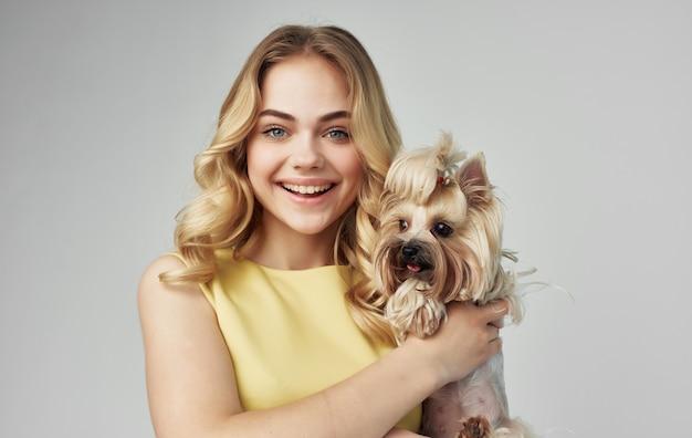 Jolie femme à la mode chien de race recadrée mode vue