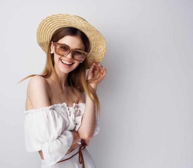 Jolie femme à la mode lunettes chapeau sourire de luxe. photo de haute qualité