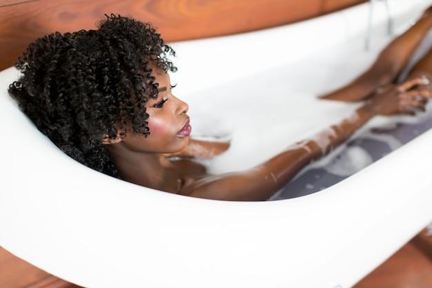 Jolie femme noire prenant un bain