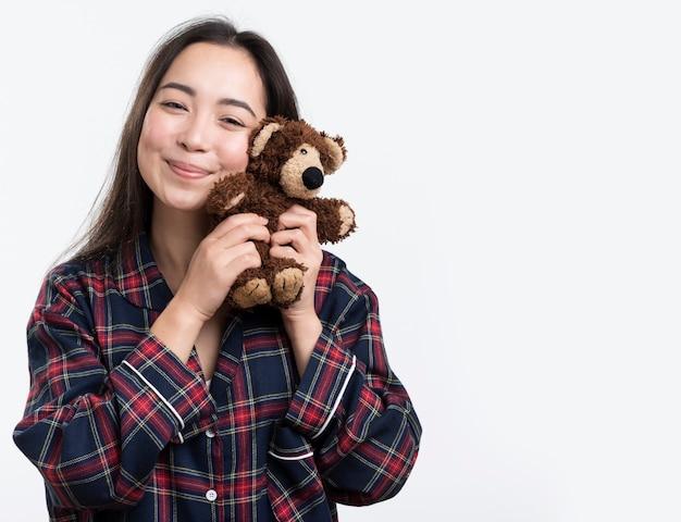 Jolie femme avec ours en peluche