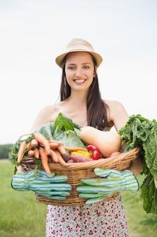 Jolie femme avec panier de légumes