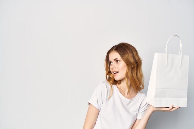 Jolie femme avec un paquet dans ses mains shopping de maquette