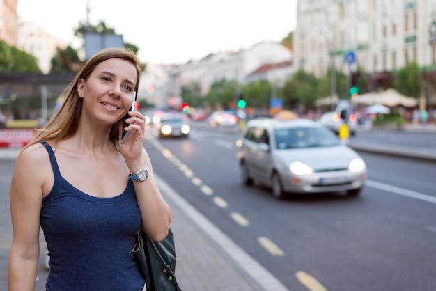 Jolie femme parlant au téléphone dans la rue