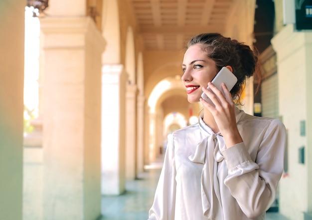 Jolie femme parle n téléphone
