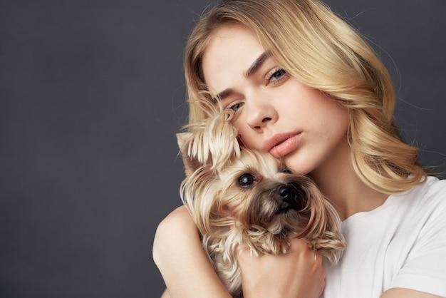 Jolie femme pedigree chien mode mode de vie fond isolé