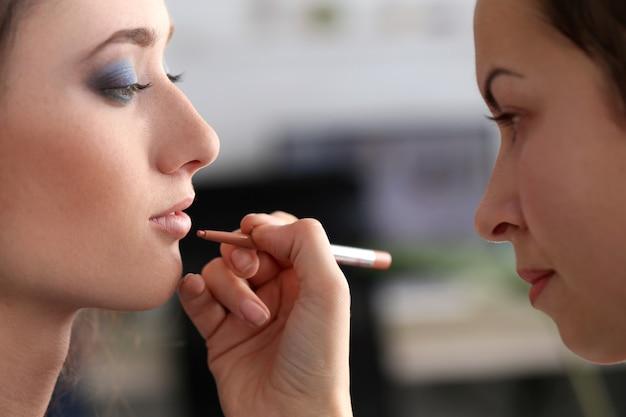 Jolie femme pendant le maquillage