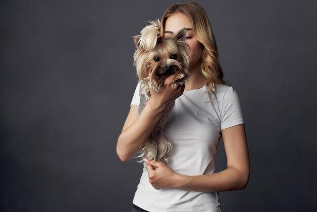 Jolie femme un petit chien fun studio fond sombre