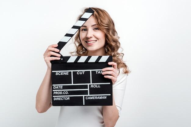 Jolie femme avec une planche de cinéma