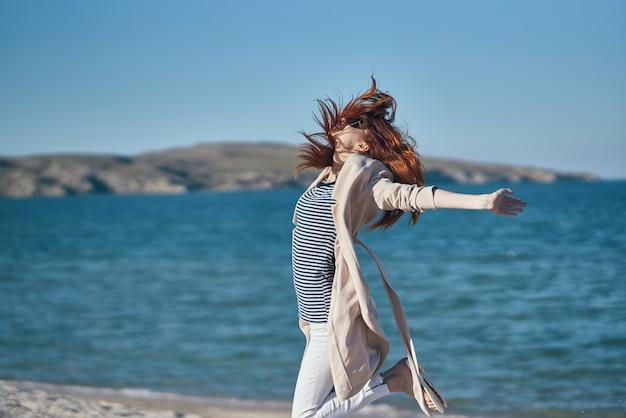Jolie femme en plein air air frais paysage voyage soleil. photo de haute qualité