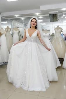 Jolie femme pleine longueur portant une robe de mariée