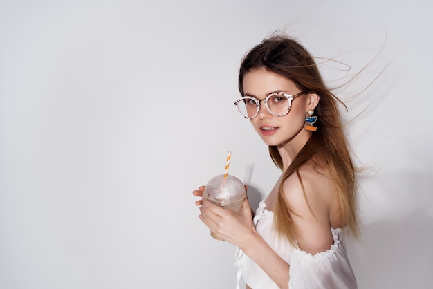 Jolie femme portant des lunettes cocktail boisson look attrayant luxe
