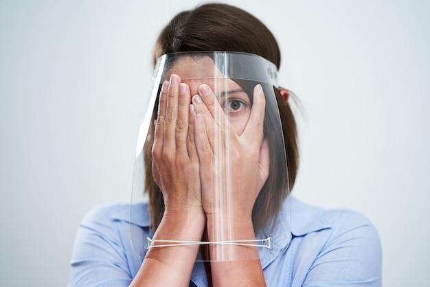 Jolie femme portant un masque de protection isolé sur fond blanc