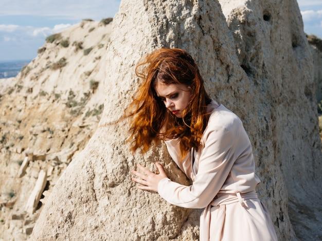 Jolie femme posant sur le sable look attrayant