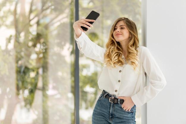 Jolie femme prenant selfie