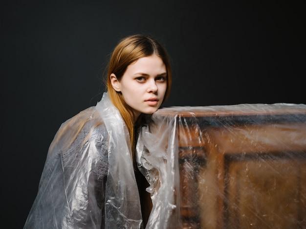Jolie femme près du modèle de fond sombre de style élégant piano